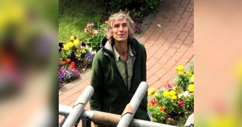 Бездомный попросил кровельщиков дать ему работу. На следующий день он показал свое истинное лицо!