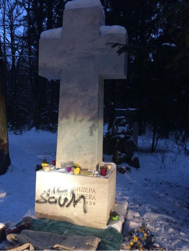 На могильной плите Степана Бандеры появилось слово «мразь»