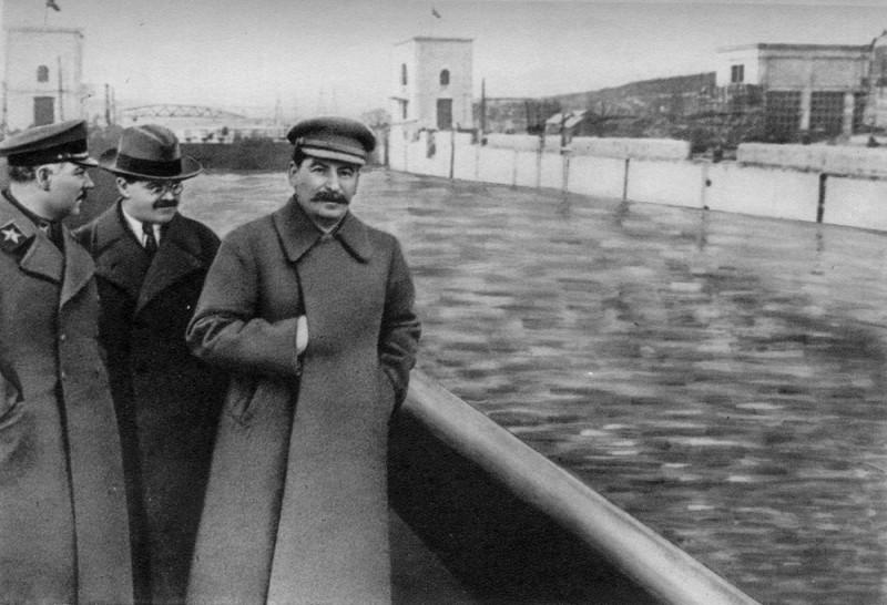 Сталин скидывает Ежова в канал