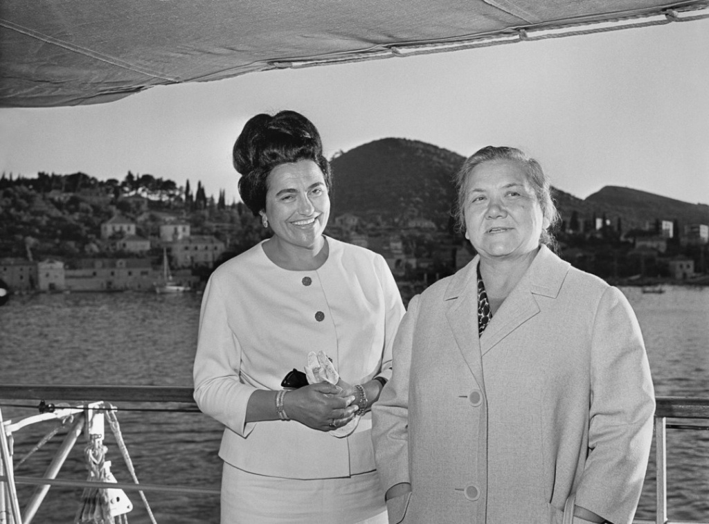 Yugoslavia. Jovanca Broz Tito (L), wife of Chairman of the League of Communists of Yugoslavia Josip Broz Tito, and Nina Khrushcheva, wife of First Secretary of the Communist Party of the Soviet Union, take a boat ride during a meeting. (Photo ITAR-TASS/ Vasily Yegorov) Югославия. Супруга первого секретаря ЦК КПСС Никиты Хрущева Нина Петровна (справа) и супруга председателя Союза коммунистов Югославии Иосипа Броз Тито Йованка Броз во время визита. Фото Василия Егорова (Фотохроника ТАСС)