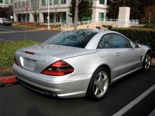 Стив джобс ездил только на автомобилях марки Mercedes - Benz SL 55 AMG, причём без номерных знаков.