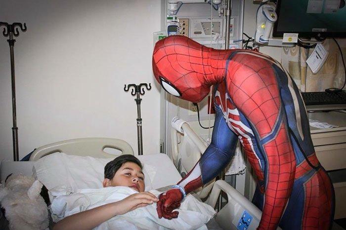 Но Рики все же получил разрешение на посещение болезнь, герой, история, костюм, мужчина, помощь, ребенок, человек паук