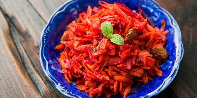 Пряный салат из свежей свёклы с морковью, изюмом и медовой заправкой