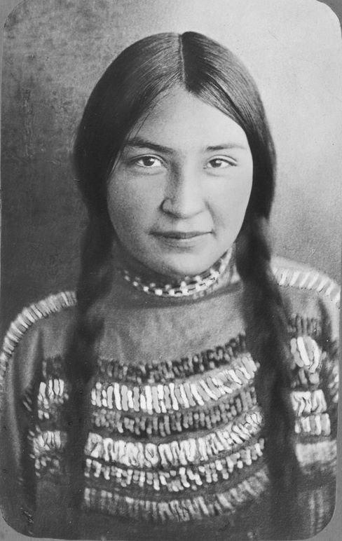 Девушка племени Пикуни, 1910 женщины, индейцы, красота, племена, прерии