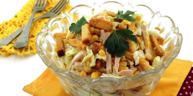 Салат с сухариками, пекинской капустой, ветчиной и кукурузой