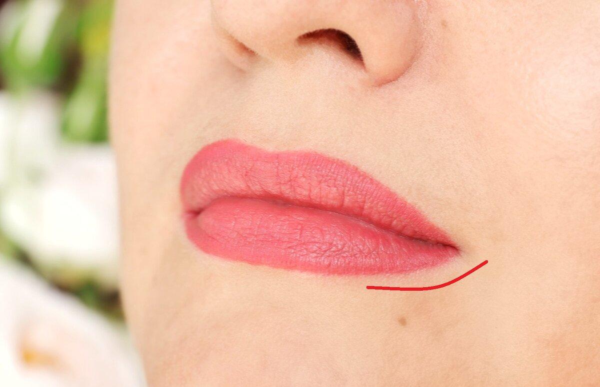 Чем ярче и насыщеннее помада, тем заметнее данное возрастное изменение (опущенные уголки губ)