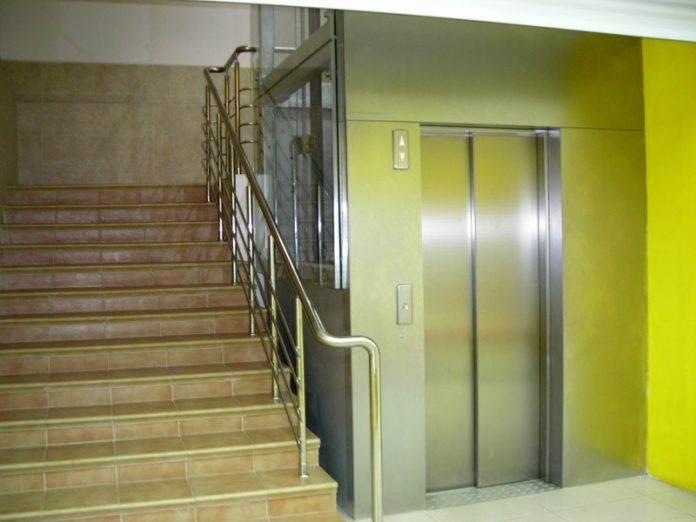 Телочка застряла в лифте #1