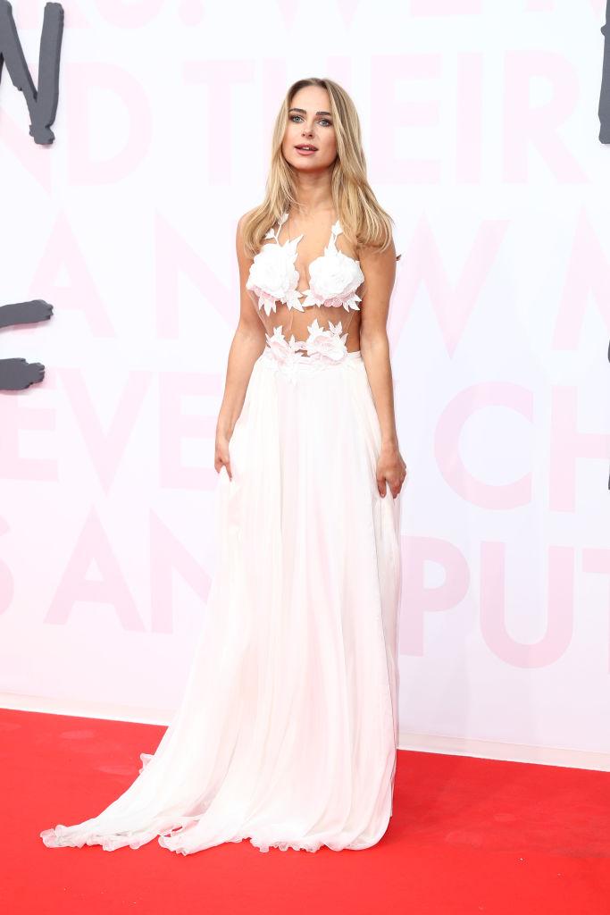 Кимберли Гарнер в белом платье с цветами на груди