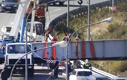 Во Владивостоке грузовик снес пешеходный мост. Видео