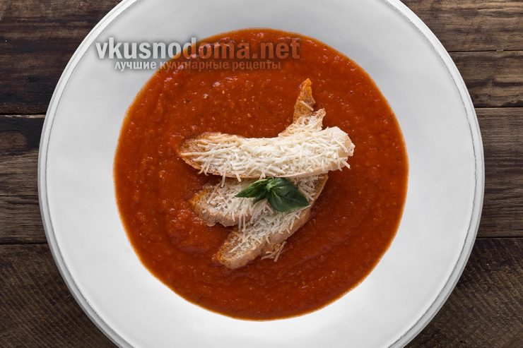 Крем суп из печеных помидор с теплым кусочком хлеба и пекорино