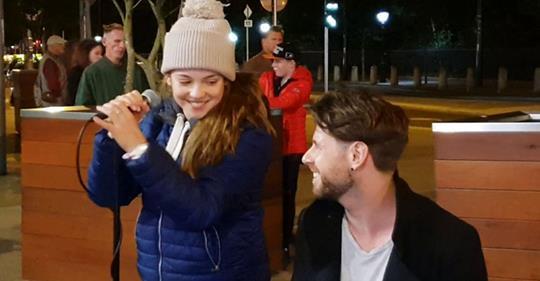13-летняя девочка присоединилась к уличному музыканту. Прохожие замерли от восторга