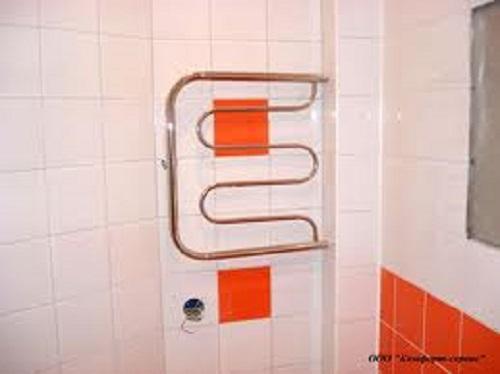 Как спрятать трубы полотенцесушителя в ванной