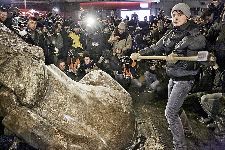 Нужно ли сносить в России памятники Ленину