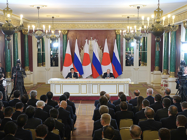 """Премьер Японии призвал """"поставить точку"""" в вопросе мирного договора с Россией"""