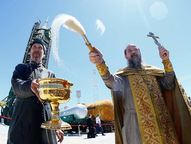 Фото дня: Православный священник благословляет «Союз МС-08» перед полётом на МКС. Байконур, Казахстан