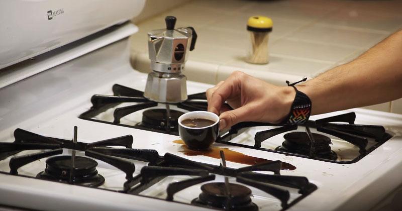 Парень разлил кофе на газову…