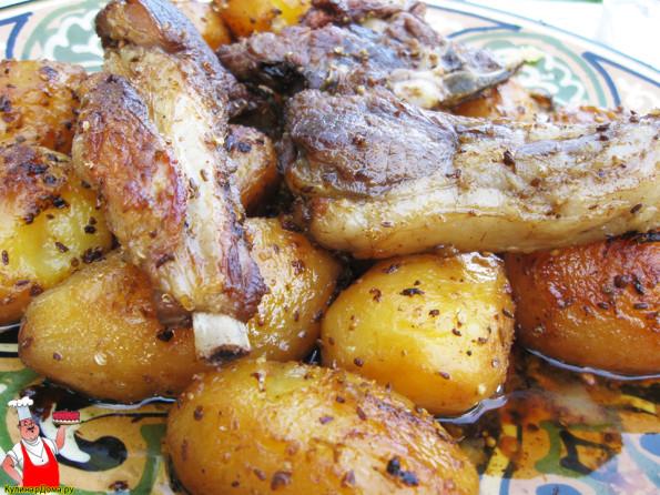 Баранина с картошкой в казане на костре.