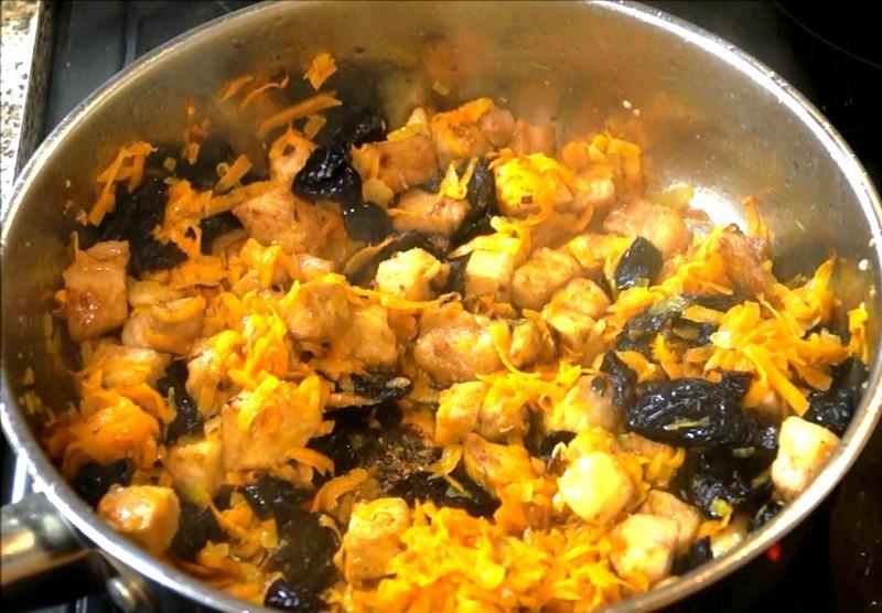 Добавляем лук и морковь, солим и перчим по вкусу. Перемешиваем и даем обжариться буквально 1-2 минуты. гречка, еда, каша, кулинария, кулинарное шоу, рецепт