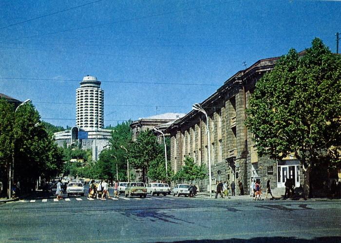 Улица Теряна с видом на Дом молодёжи.