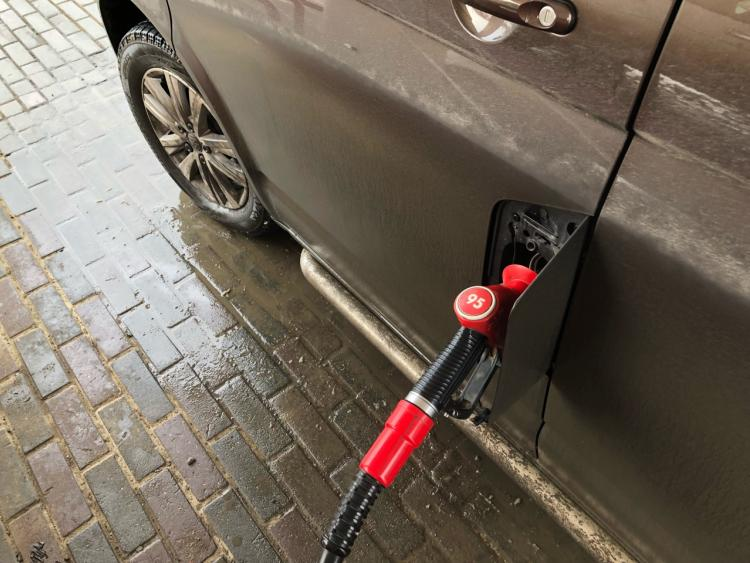 Бензин не подорожает до 100 рублей за литр
