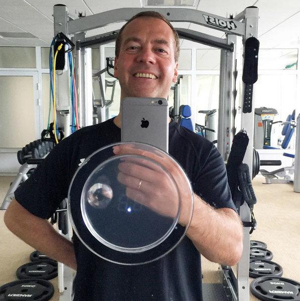 Медведев откажется от своего айфона? Или он предлагает только россиянам отказаться от техники?