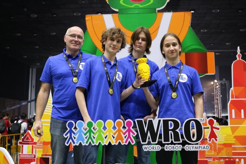 Школьная сборная Университета ИТМО по робототехнике взяла «золото» Всемирной олимпиады роботов WRO-2018 в Таиланде