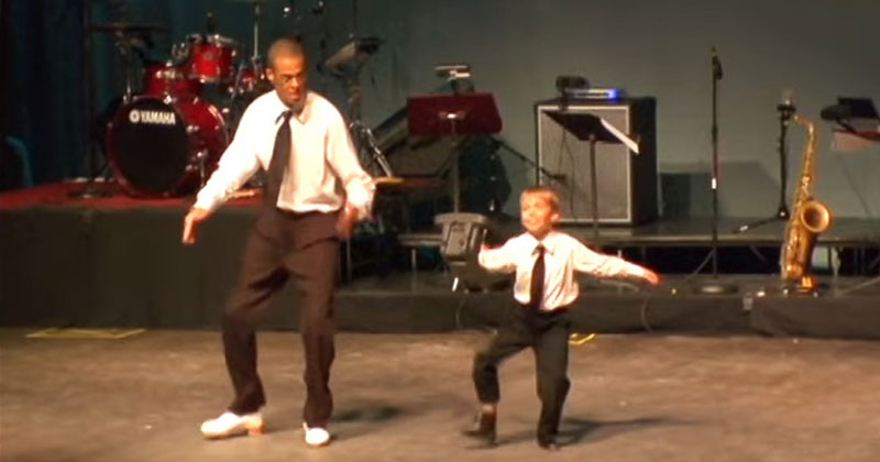 Малыш вышел на сцену. Взгляните, что он сделал, когда увидел своего инструктора!