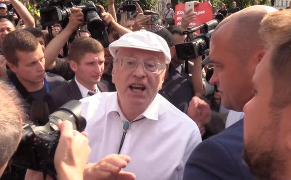 Жириновский сцепился с митингующим в Москве