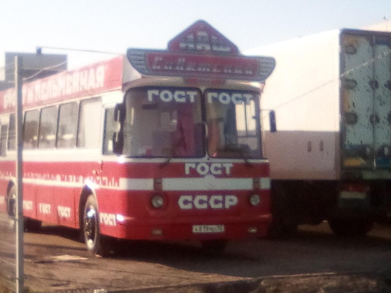 Буфет - пельменная внутри советского автобуса