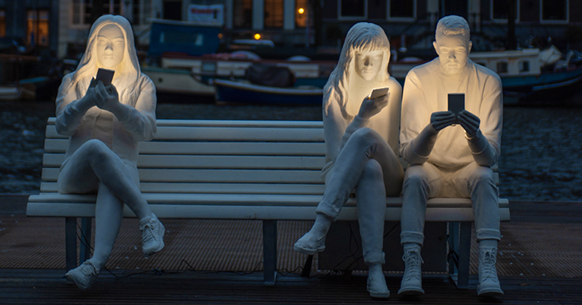 To Highlight Our Obsession With Phones, This British Artist Created A Relatable Sculpture