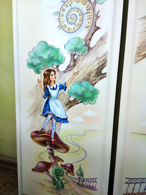 алиса в стране чудес мебель с росписью