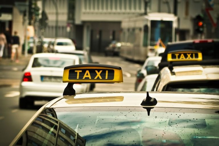 Таксист не дождался пассажира и позвонил в дверь. И это навсегда изменило его жизнь