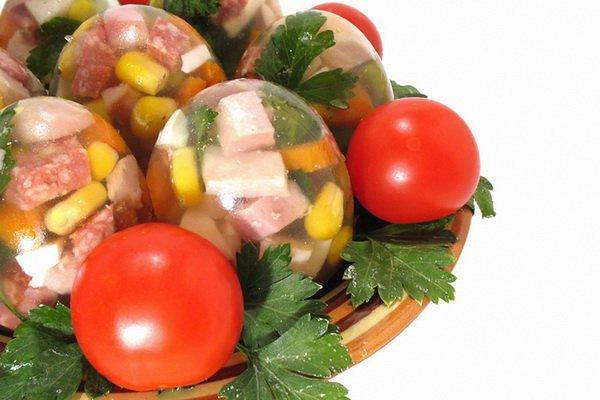 Заливные яйца можно приготовить с любыми наполнителями на твой вкус
