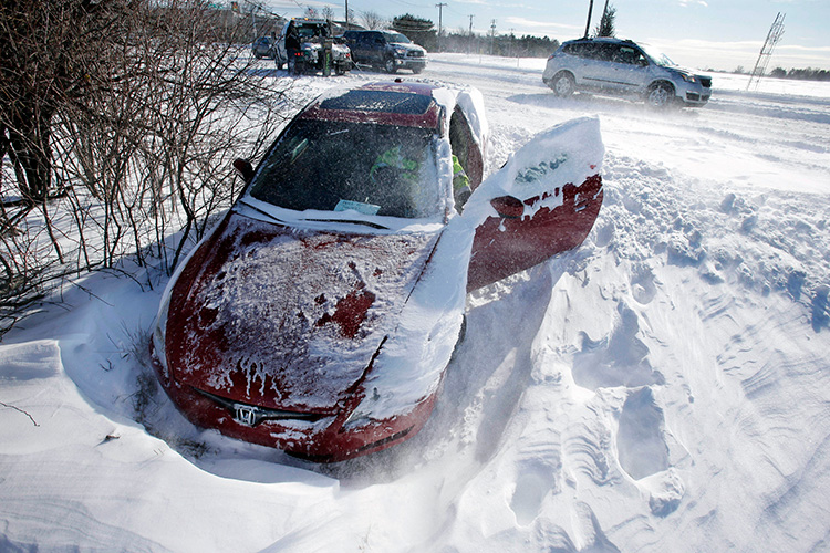 Как самостоятельно вызволить автомобиль из сугроба