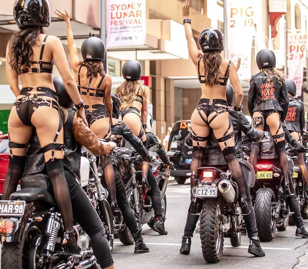 Девушки в нижнем белье проехали по Сиднею на мотоциклах