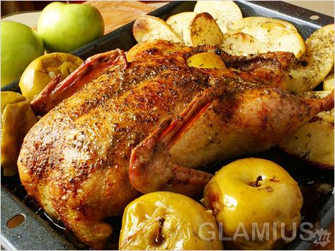 Курица с печеными яблоками