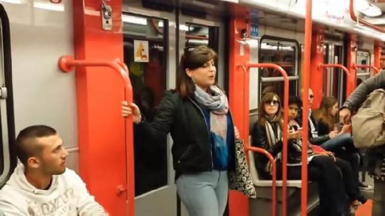 Люди просто ехали в метро. Но во время поездки произошло то, чего они не смогут забыть!