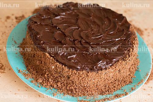 Растопите шоколад со сливочным маслом на медленном огне или водяной бане, нанесите поверх торта.