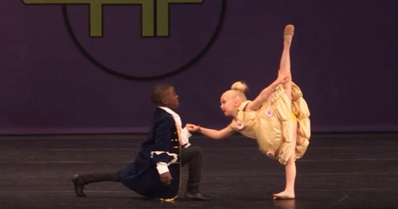 Малыши вышли на сцену. Когда мальчик протянул ей руку, все замерли от восторга!