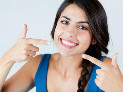 девушка с белоснежной улыбкой
