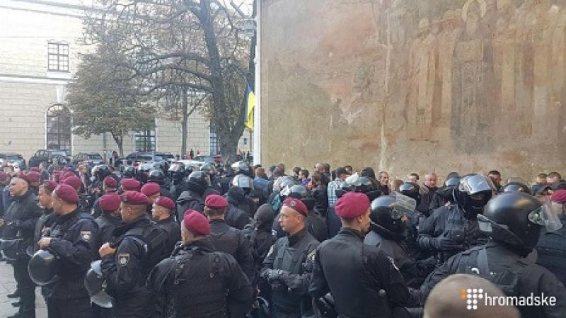 Около 100 человек задержаны на территории Киево-Печерской лавры