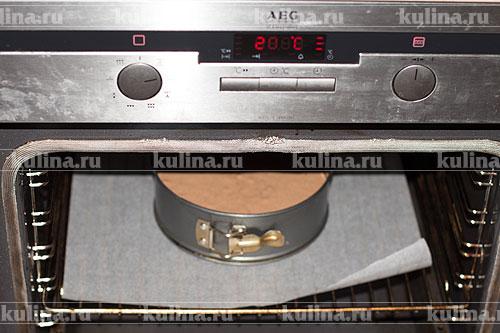 Поставить в разогретую до 200 градусов духовку и запекать до готовности коржа, примерно минут 40. Готовность проверить шпажкой.