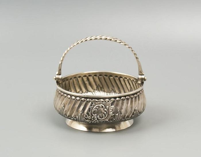 Сахарница с ручкой. 1880-е гг. Серебро, резьба