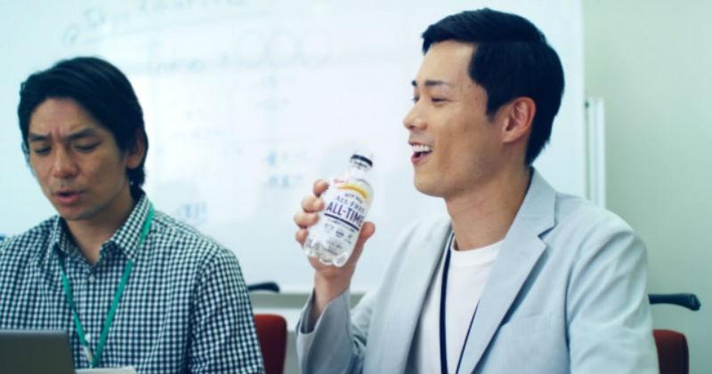 В Японии создали прозрачное пиво, которое можно пить в офисе