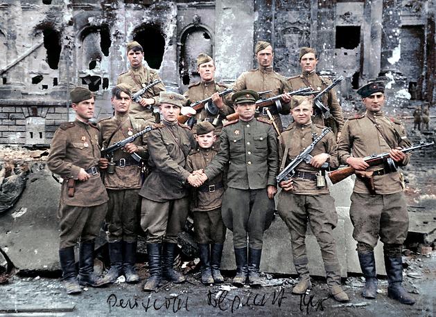 """Фотографии из личного архива первого коменданта Рейхстага """"раскрасили"""" к 9 Мая"""
