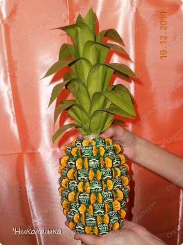 Увидела однажды в интернете ананас из конфет и заболела! Стала интересоваться как это делается, и что это за техника и что еще можно сотворить из конфет. Оказалось, что это свит-дизайн, который покорил и захлестнул меня всецело! . Фото 14