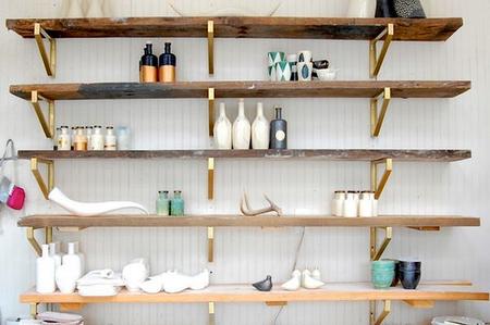 Открытые полки как украшение дома: 10 идей фото 10