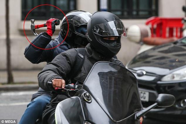 Французские СМИ: « Двое русских преследуют своих агрессоров до самых неблагополучных кварталов ».