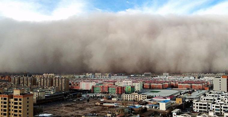 В Китае разыгралась песчаная буря высотой в 100 метров