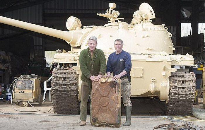 Коллекционер стал владельцем советского танка и обнаружил там находку в 70 раз дороже